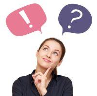 Frau mit Fragezeichen und Ausrufezeichen